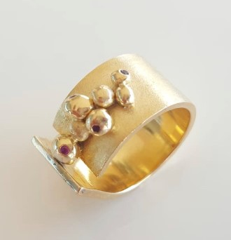 Modern 18ct Yellow gold & ruby ring  Image